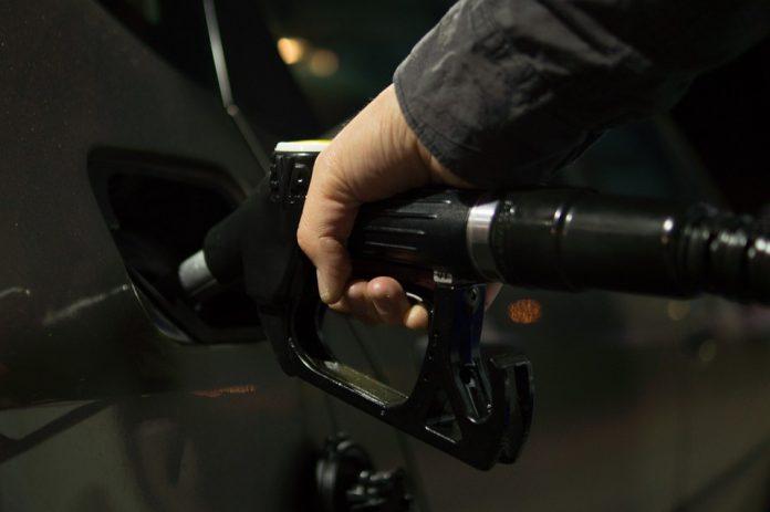 Benzina şi motorina se vor scumpi la pompă cu 6 bani pe litru începând de vineri, 1 ianuarie 2021, ora 0:00, ca urmare a majorărilorBenzina şi motorina se vor scumpi la pompă cu 6 bani pe litru începând de vineri, 1 ianuarie 2021, ora 0:00, ca urmare a majorărilor Reducerea accizelor la carburanți Monitorul preţurilor pentru carburanţi prețul benzinei Monitorul Preţurilor Carburanţilor