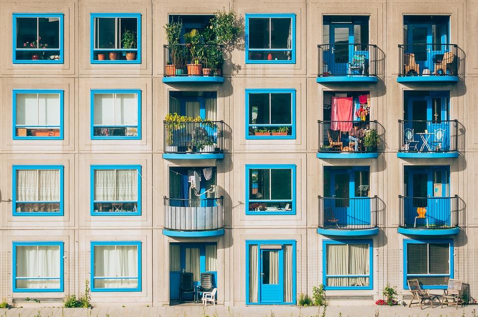 Prețurile locuințelor se stabilizează rețelele edilitare După un martie în care prețurile s-au majorat ușor, în aprilie pretențiile vânzătorilor de apartamente au scăzut pe plan național. Cât cheltuiesc românii pentru îmbunătățirea confortului locativ și sursele lor de finanțare Locuințe cu 5% TVA România este în topul țărilor cu cele mai mari creșteri de prețuri la locuințe, după ce acestea au urcat cu3,1% în trimestrul doi din 2018