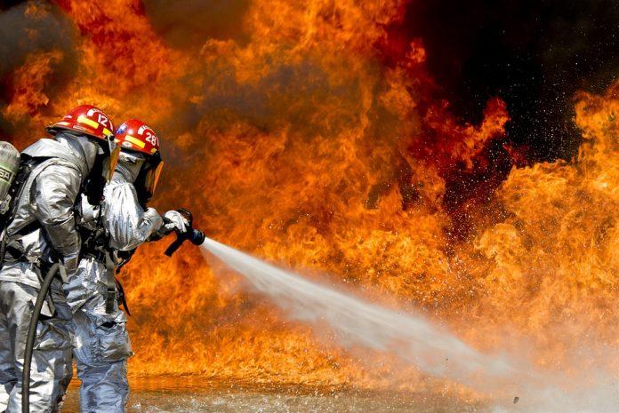 Doi pompieri de la ISU au efectuat instructajul angajatilor Colectiv, durata fiind mai mică de o oră, timp în care cei doi au simulat folosirea instinctorului,dosarul colectiv incendiul colectiv