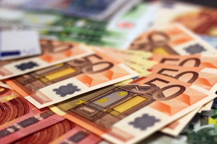 Euro a ajuns la un pas de 4,9 lei, după ce moneda națională s-a depreciat în trend cu restul monedelor din regiune Leul s-a depreciat Băncile din România au creditat românii euro depreciere record Prima casă pentru săraci Analiştii financiari estimează o depreciere a monedei naţionale în raport cu euro în următoarele 12 luni, până la 4,8358 lei/euro Indicele ROBOR la 3 luni Moneda europeană cotație Introducerea unor taxe speciale asupra băncilor sau instituţiilor financiare trebuie precedată de o evaluare cuprinzătoare a impactului, avertizează Banca Centrală Europeană (BCE). avizul CES noul robor Aplicarea OUG 114/2018 dobanda anuala efectiva trecerea la euro credit forțat de 1000 de euro