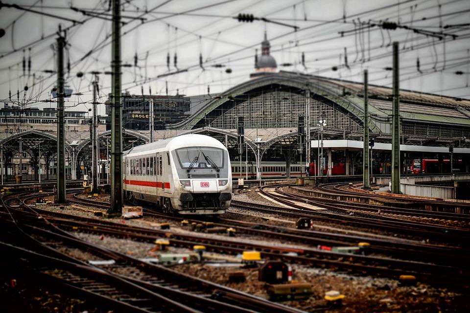 Proteste masive se anunță la CFR Călători și la mecanicii de locomotivă, timp de patru săptămâni, începând din 16 septembrie infrastructura feroviară Peste 300 de vagoane de călători vor fi modernizate, în acest an, compania CFR Călători având alocare bugetară dublă În ultimele zile, în traficul de călători, s-au înregistrat vârfuri de trafic pe toate magistralele de cale ferată, iar în acest sens, compania a acţionat cu întregul parc de material rulant 1.000 de sancţiuni contravenţionale calea ferata tren trenuri 40 de dosare penale