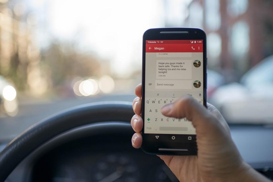 Noi sancțiuni Comercianții vor trebui să importe numai telefoane mobile configurate pentru mesajele RO-ALERT, în termen de şase luni de la intrarea în vigoare a OUG Folosirea telefonului mobil la volan