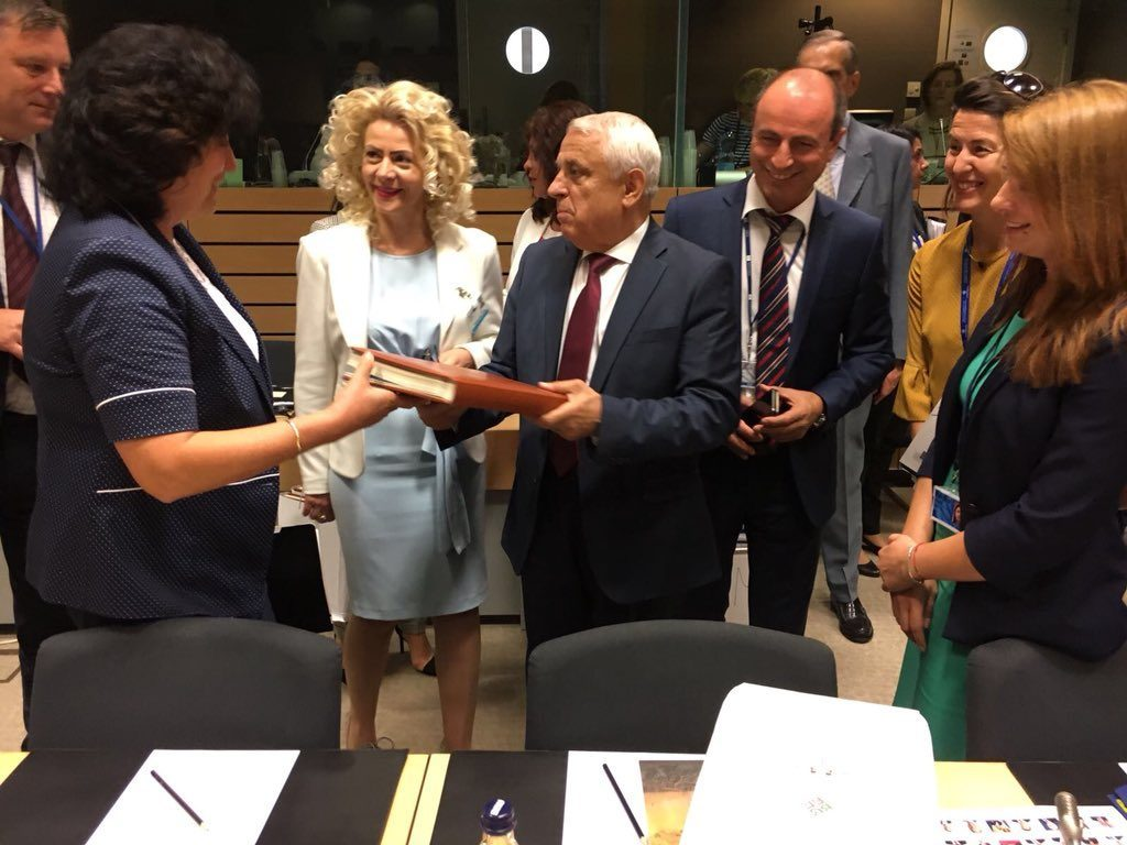 Fiica ministrului Daea, Larisa Popescu, amenință inspectorii de la Apele Române după ce a fost amendată că a depozitat munți de moloz pe malul lacului Crevedia Ministrul Daea, însoțit de actuala soție, într-o vizită de lucru la Bruxelles