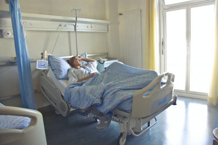 """paturi din secțiile de terapie Numărul de paturi din secţiile de terapie intensivă din Bucureşti a fost suplimentat, a declarat șeful Departamentului pentru Situaţii de Urgentă, Raed Arafat. """"În privinţa paturilor pe secţiile de terapie intensivă, s-a lucrat intens împreună cu Ministerul Sănătăţii în acest sens. Pot să vă spun că la Bucureşti s-au suplimentat paturile, tirul de terapie intensivă care va fi alipit Spitalului 'Sfântul Ioan' a rămas doar stocatorul de oxigen să vină şi astăzi facem tot posibilul să vină în weekend, deci rezolvăm şi partea de transport. La 'Malaxa' s-a suplimentat cu cinci paturi care au primit autorizaţia"""", a precizat Raed Arafat. Anunțul a fost făcut după o şedinţă care a avut loc la sediul Ministerului Afacerilor Interne, pe tema paturilor de la ATI, la care au participat şi premierul Florin Cîţu, vicepremierul Dan Barna şi ministrul Sănătăţii, Vlad Voiculescu. De asemenea, Arafat a adăugat că la Spitalul """"Matei Balş"""" de la 20 de paturi de terapie intensivă a crescut capacitatea la 40 de paturi prin detaşare de personal. """"Mai avem la Spitalul 'Sfântul Pantelimon' capacitatea de a creşte la 40 de paturi cu oxigenare, cu posibilitate de upgradare a lor în cursul acestui weekend. Se lucrează şi în restul ţării, au fost videoconferinţe permanente între Ministerul Sănătăţii şi colegii din ţară pentru creşterea capacităţii. La momentul în care s-a făcut ultima analiză, acum 10 zile, erau 1.408 paturi. Acum acest mumăr creşte şi vom veni cu o actualizare după ce ştim că au fost operaţionalizate"""", a afirmat acesta. paturi libere la ATI Până astăzi, 16.057 de români au murit din cauza COVID-19, astfel că, în intervalul 03.01.2021 (10:00) – 04.01.2021 (10:00) decese din cauza COVID-19 paturi de terapie intensivă"""